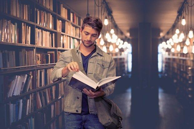 Student mit Buch